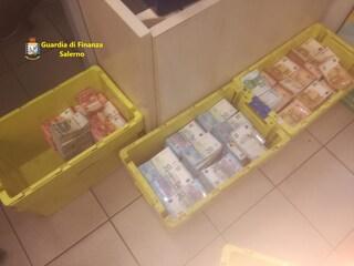 Evasore fiscale nasconde un milione di euro sotto il materasso e nelle scatole di biscotti