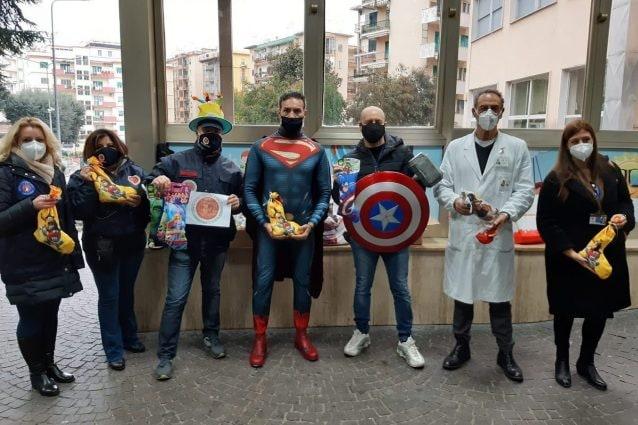 I supereroi con i doni per bambini all'ospedale Santobono di Napoli.