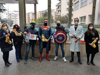 I supereroi portano i doni ai piccoli pazienti dell'ospedale Santobono di Napoli