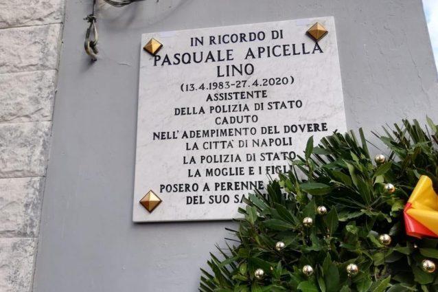La targa in memoria di Lino Apicella.