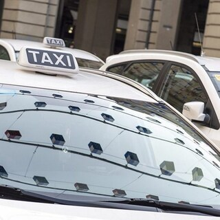 A Napoli arriva il Buono viaggio Taxi Covid fino a 20 euro: chi può averlo e come funziona