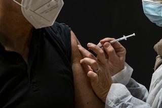 Asl Napoli 2, vaccino Covid senza prenotazione dai 50 ai 79 anni: appuntamento 18 e 19 maggio