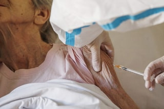 I vecchietti hanno paura del vaccino Covid: 1 su 10 rifiuta l'iniezione nelle Rsa di Napoli