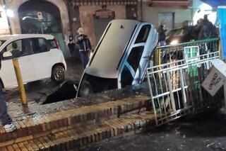 Secondigliano, si apre una voragine in strada: inghiottita un'auto parcheggiata