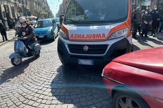 Donna muore d'infarto a piazza Carlo III: parente ferma ambulanza con l'auto per tentare salvarla