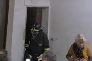 Napoli, tre anziani salvati da incendio dai pompieri: vivevano tra rifiuti e feci, senza gas e luce