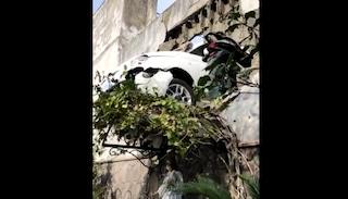Incidente a Gragnano, auto sfonda un muro e resta sospesa in bilico