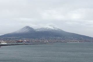 Napoli, il Vesuvio imbiancato dalla neve: coperti il Gran Cono e il Monte Somma