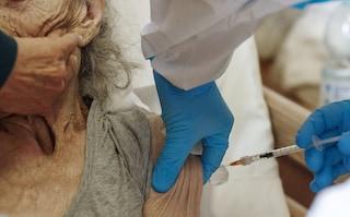 """""""Mamma ha 92 anni. La Regione Campania quando deciderà di vaccinarla?"""""""