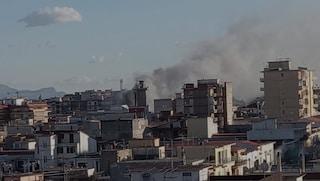 Incendio ad Arzano, il deposito brucia ancora: pompieri al lavoro per tutta la notte