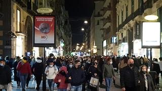 Ultimo giorno in zona gialla, a Napoli assembramenti per strada dal centro al Lungomare
