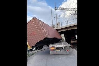 Napoli, camion si ribalta in un sottopassaggio
