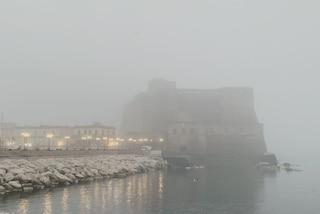 Napoli si risveglia sommersa dalla nebbia. Castel dell'Ovo sembra una fortezza scozzese
