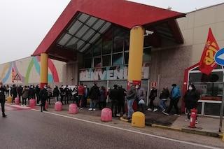 """Napoli, protesta dei lavoratori ex Auchan davanti al supermercato: """"In 100 rischiamo il posto"""""""