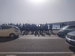 """Napoli, torna la folla sul Lungomare: centinaia di giovani per una domenica """"di normalità"""""""