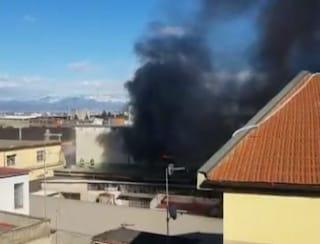 Incendio in una fabbrica di Arzano: colonna di fumo nero visibile fino a Napoli