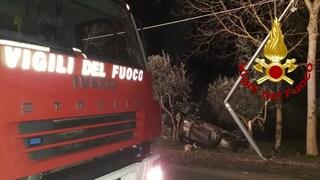 Incidente a Pietradefusi (Avellino), auto esce fuori strada e si ribalta: 4 feriti