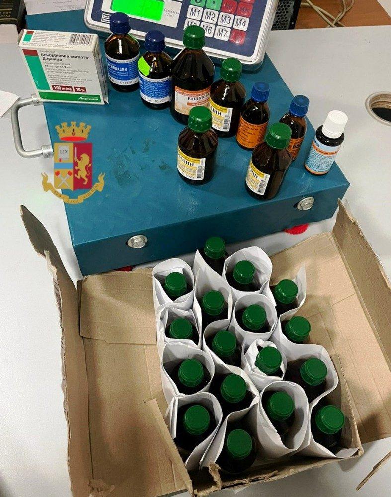 I farmaci venduti sulla bancarella e sequestrati dalla Polizia.