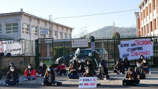 """Scuole superiori, protestano gli studenti del Pitagora a Pozzuoli: """"Sì al rientro, ma non così"""""""