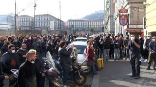 Napoli, protesta dei lavoratori dello spettacolo: in centinaia bloccano il traffico