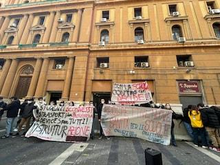 """Gli studenti napoletani protestano sotto la Regione Campania: """"Non siamo untori di Covid"""""""