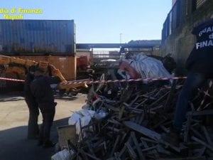 I finanzieri nel porto di Napoli durante i sequestri dei container colmi di rifiuti.
