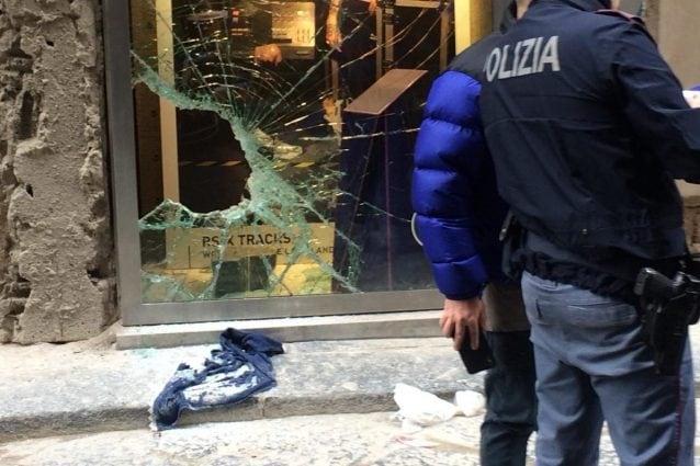 I danni di una spaccata in un negozio di via Toledo. [Foto di repertorio]