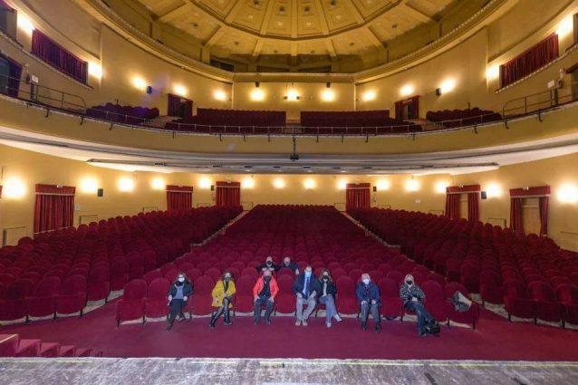 La protesta all'interno del Teatro Augusteo.