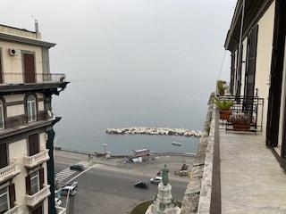 Napoli ancora avvolta dalla nebbia: il Vesuvio sparisce in mezzo al Golfo