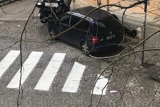 Auto in sosta selvaggia al Vomero, le strisce bianche dipinte a metà