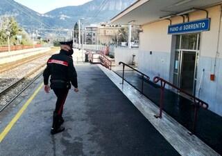 Piano di Sorrento, rapina alla stazione Circum: carabiniere assiste dal balcone e fa arrestare ladro