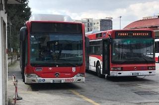 """Napoli senza bus, """"100 mezzi fermi in deposito"""". Protesta degli autisti: """"Sono sporchi e difettosi"""""""