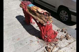 A Napoli la panchina rossa contro la violenza sulle donne danneggiata e abbandonata al degrado