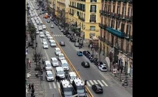 """Taxi in corteo sul corso Umberto: """"Non si lavora più, vogliamo i ristori per la zona rossa"""""""
