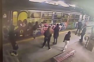 """Ragazzo sfonda a calci il vetro del treno della Circumvesuviana in partenza, De Luca: """"Arrestatelo"""""""