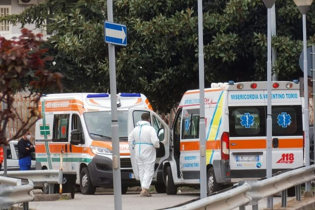 Ambulanze in coda all'ospedale di Scafati (Salerno) / Foto C. Benincasa