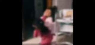 Bimbe si prendono a botte incitate dai genitori: il video finisce in Rete