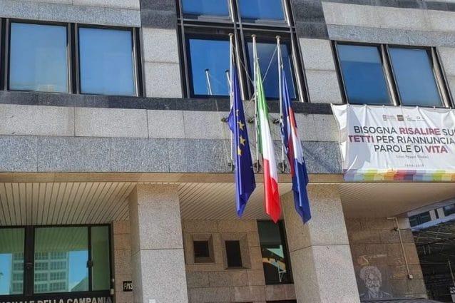 Bandiere a mezz'asta alla Regione Campania per ricordare i morti di Covid