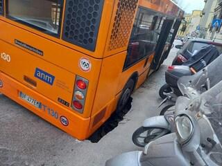 Napoli, l'autobus sprofonda nella buca in via Aniello Falcone al Vomero. Paura tra i passeggeri