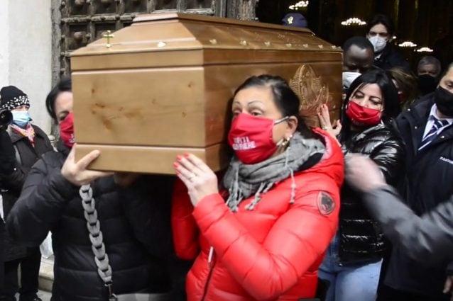 """Il feretro di Ornella Pinto portato dalle donne dell'associazione """"Forti Guerriere""""."""