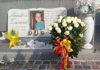 Rose bianche sulla tomba di Annalisa Durante, uccisa a 14 anni dalla camorra: omaggio del Comune di Napoli