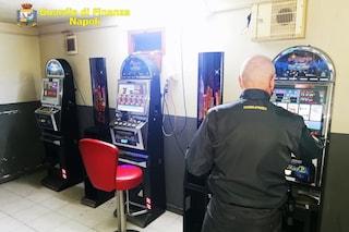 Miano, giocano ai videopoker nella bisca clandestina in piena zona rossa Covid: denunciati e multati