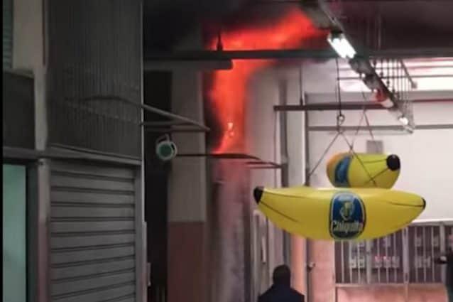 Incendio nel mercatino di Antignano (foto da Fb – Massimiliano Giovine)