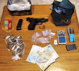 Napoli, pistola e droga nascosti nel frigo di casa: arrestato un 25enne