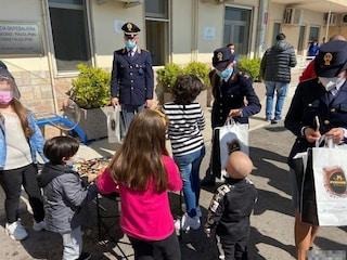 Pasqua 2021 Napoli, la Polizia consegna uova di cioccolato ai bimbi ricoverati al Santobono