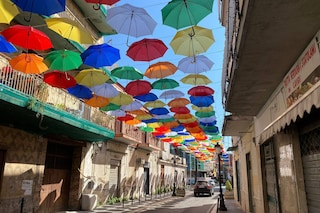 """A Calvizzano l'arcobaleno degli ombrelli colorati sospesi in strada, il sindaco: """"Che spettacolo"""""""
