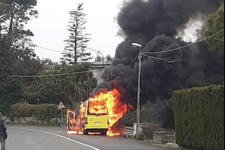 Costiera Sorrentina, incendio a bordo del bus in corsa: evacuati i passeggeri