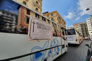 Crisi Covid Napoli, i bus turistici bloccano Santa Lucia: manifesti funebri e clacson spianati