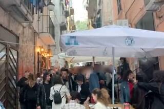 Quartieri Spagnoli, con la zona gialla centinaia di ragazzi assembrati senza mascherina ai bar