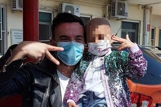 Andrea Sannino visita a sorpresa il Santobono-Pausilipon, uova di Pasqua ai bambini ricoverati